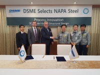 Ilmo Kuutti, NAPA (centre left), and Kwan-Won Sohn, DSME (centre right), mark the signing of the new contract